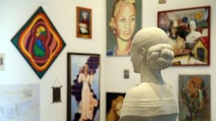 Una muestra exhibe pinturas, objetos e imágenes sobre Eva Perón en el Museo de la Cárcova