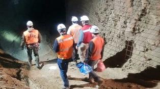 Rescataron a uno de los mineros atrapados y hallaron a otro muerto
