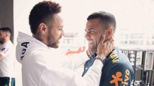Neymar visitó a sus compañeros en la previa del partido ante Perú