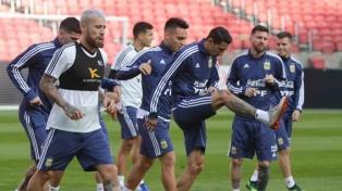 Scaloni apuesta por dos delanteros y cambios en el medio para jugar ante Qatar