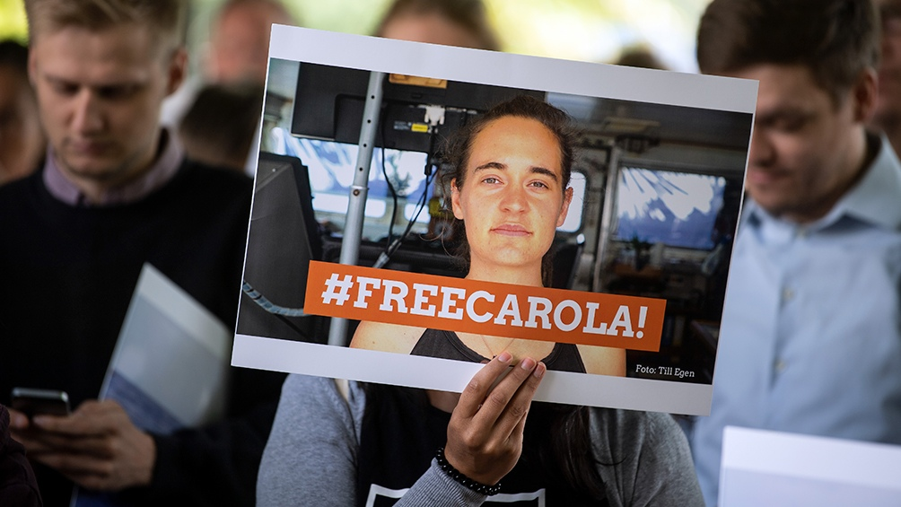 ITALIA: La capitana que desembarcó 40 náufragos sin permiso declara en la Justicia