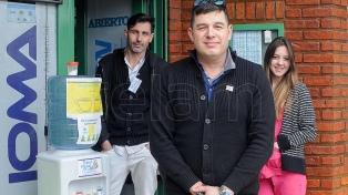 Una farmacia ofrece té y café caliente para personas que lo necesiten ante bajas temperaturas