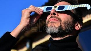 Cuatro personas recibieron tratamiento por observar el eclipse sin protección