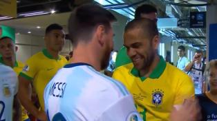 Messi, a los abrazos con los jugadores brasileños