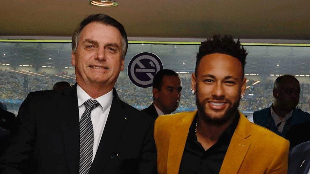 El presidente Bolsonaro junto a Neymar, quien no pudo jugar la Copa