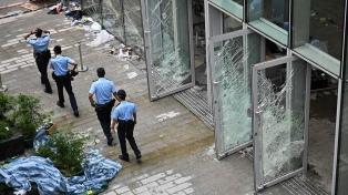 Anuncian arrestos por protestas y asalto al Parlamento