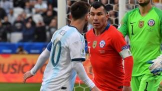 El duelo Messi-Medel que terminó con ambos expulsados