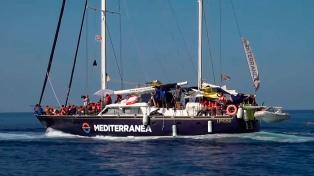 Alojan en un centro temporario a 46 migrantes desembarcados en Lampedusa