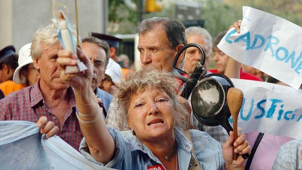 """El """"corralito"""" que restringió la libre disposición del dinero en los bancos motivó un gran número de protestas."""