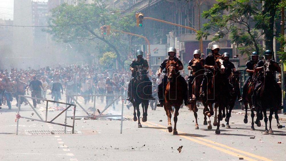 El 19 de diciembre de 2001 decret{o el estado de sitio. La represión de las protestas produjo 27 muertes.