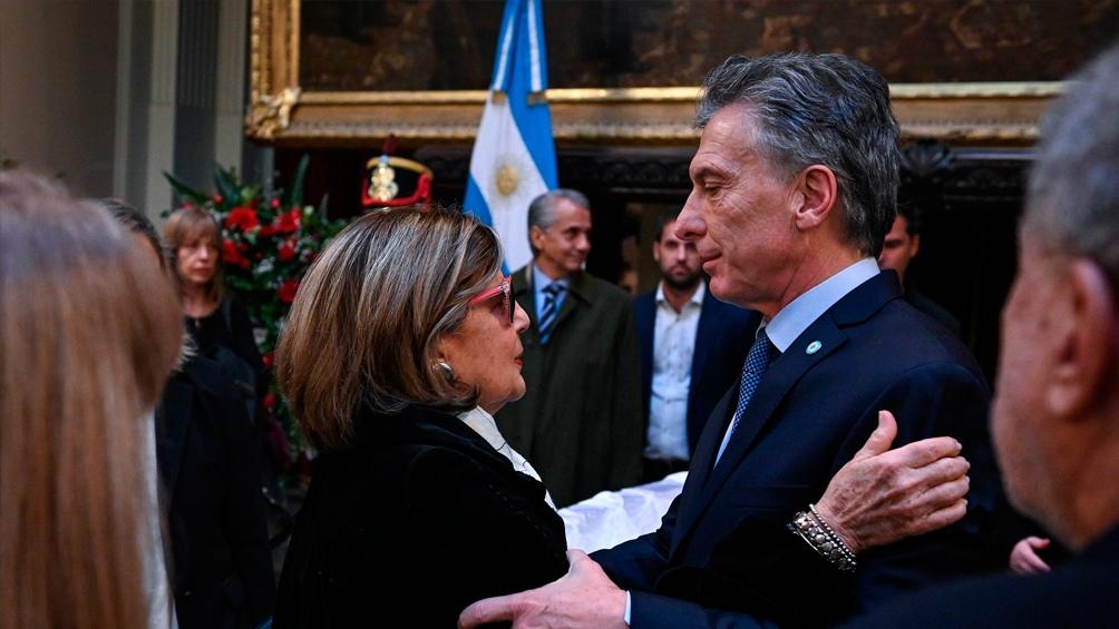 El Presidente Macri saluda a la viuda Inés Pertiné.
