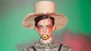 Sol Pardo, la quilmeña creadora de sombreros, pasa de triunfar en la pasarela a la venta online