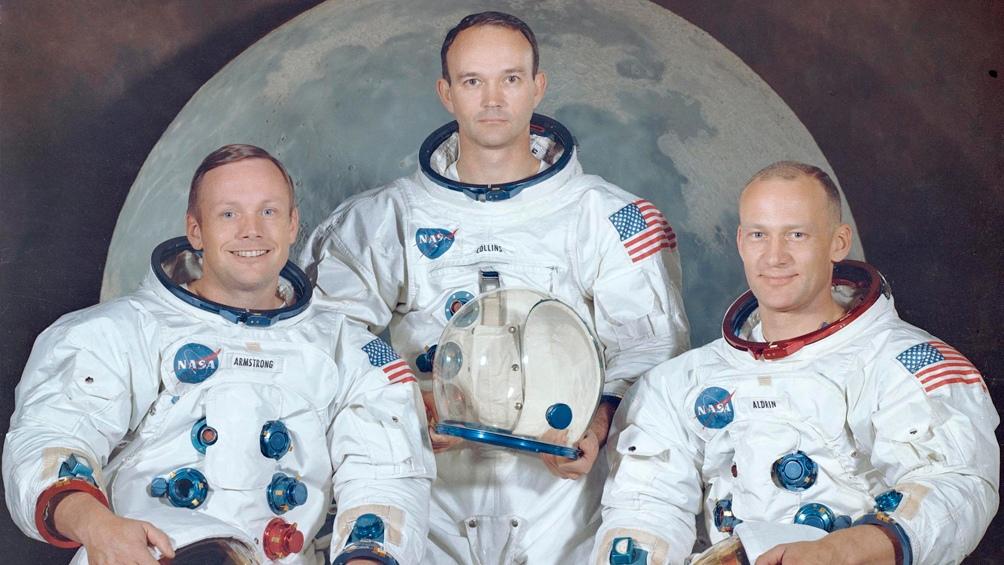 """30/3/1969. La foto oficial de la misión Apolo 11: el comandante Neil Armstron y los pilotos, Michael Collins y Edwin """"Buzz"""" Aldrin."""