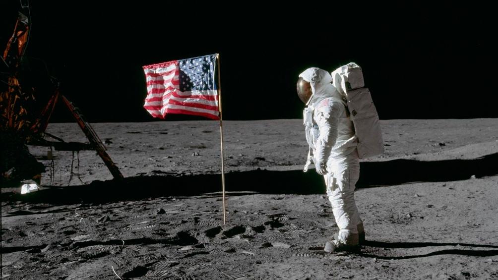 """20/7/1969. Aldrin y la bandera estadounidense que """"flamea"""" gracias a unos alambres."""