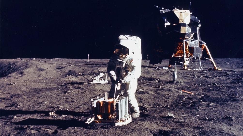 20/7/1969. Neil Armstrong, a poco de pisar la superficie lunar.