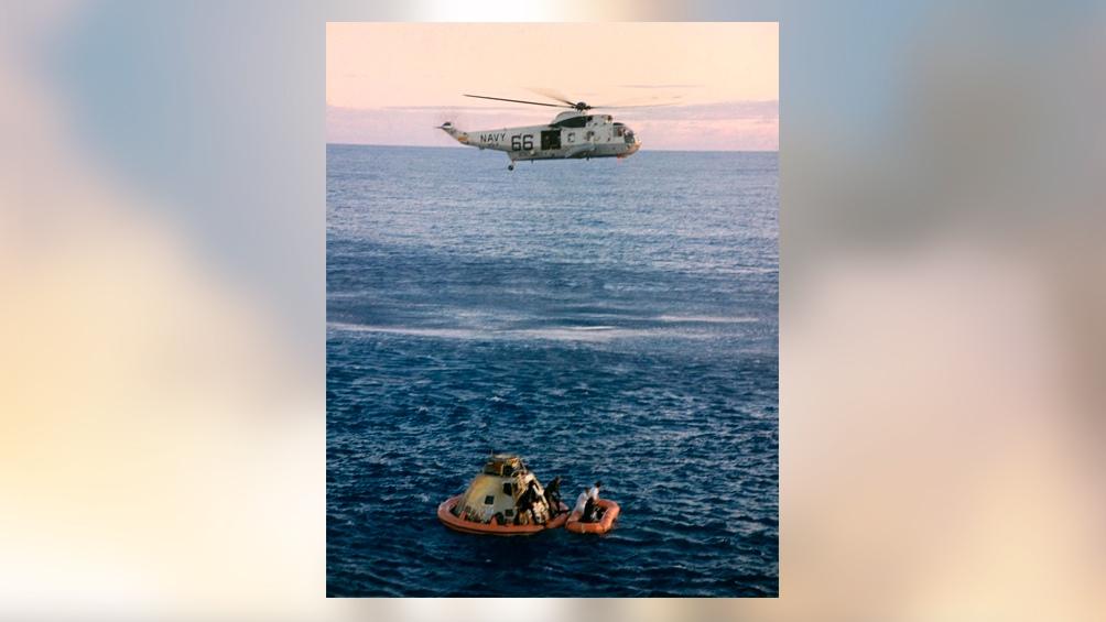 24/5/1969. Más de ese entrenamiento. Un helicóptero eleva la cápsula que flota en el mar