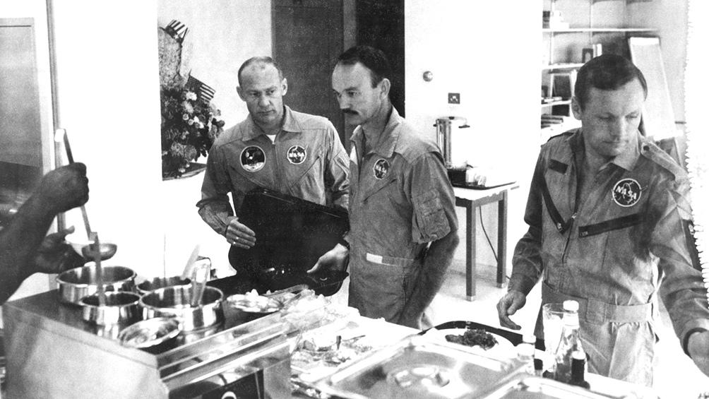 30/7/1969. Al regreso, la tripulación tuvo que estar en cuarentena en un edificio especial hasta el 11 de agosto. Aldrin, Collins y Armstrong, en uno de las almuerzos.