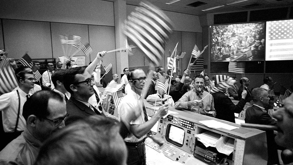 24/7/1969. En la sala de control de la misión todo es alegría. Los tres astronautas acaban de salir de la nave, sanos y salvos.
