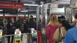 Los metrodelegados liberan molinetes en la línea B