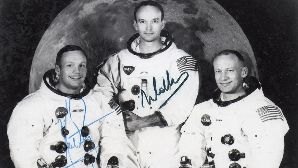 La foto autografíada que dejaron de recuerdo. Los tres astronautas hicieron una gira por Sudamérica pero Aldrin no llegó a Buenos Aires.