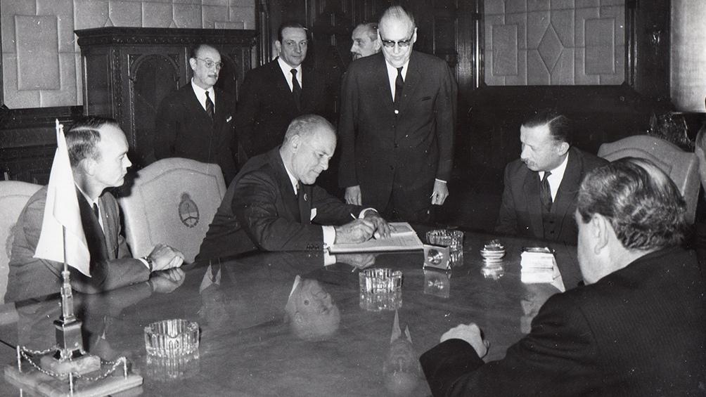 Armstrong y Collins charlan con Onganía. Los astronautas fueron recibidos por el presidente de facto en la Casa de Gobierno.
