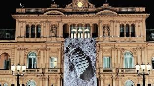 La Casa Rosada amaneció con una gigantografía de la famosa pisada humana en la Luna