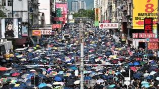 Pese a la prohibición policial, una marea humana vuelve a protestar en Hong Kong