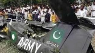 Una avioneta del Ejército cayó en una zona residencial: 17 muertos