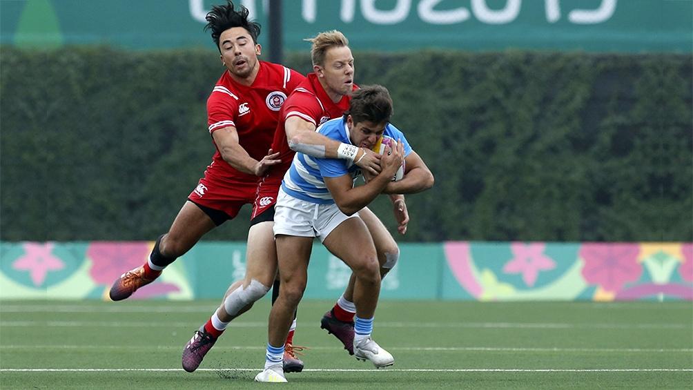 El rugby 7 confirmó su favoritismo y venció a todos sus rivales. En la foto, el tucumano Tomás Vanni no puede ser contenido por los canadienses.