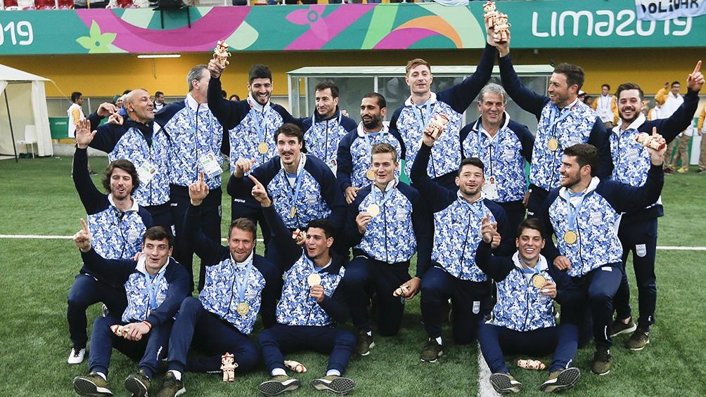 El seleccionado argentino de rugby 7 posa con las medallas de oro, tras vencer 33 a 10 a Canadá.