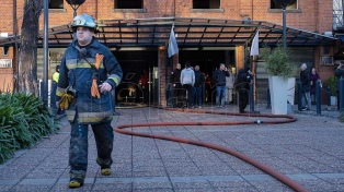 Cinco personas fueron trasladadas a un hospital al incendiarse un edificio