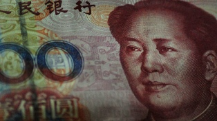 La devaluación del yuan afectó a la bolsa y el riesgo país volvió a superar los 900 puntos
