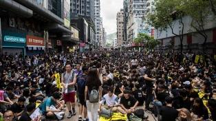 Vuelven a desafiar una prohibición oficial y miles salen a las calles