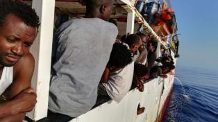 Varios inmigrantes del Open Arms se arrojaron al agua para llegar a nado a Italia