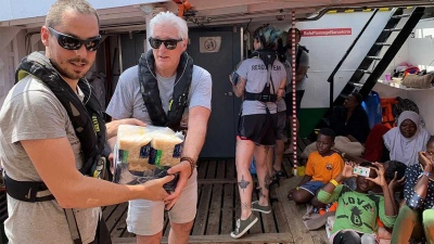 Richard Gere llevó víveres a un barco con náufragos sin puerto para desembarcar