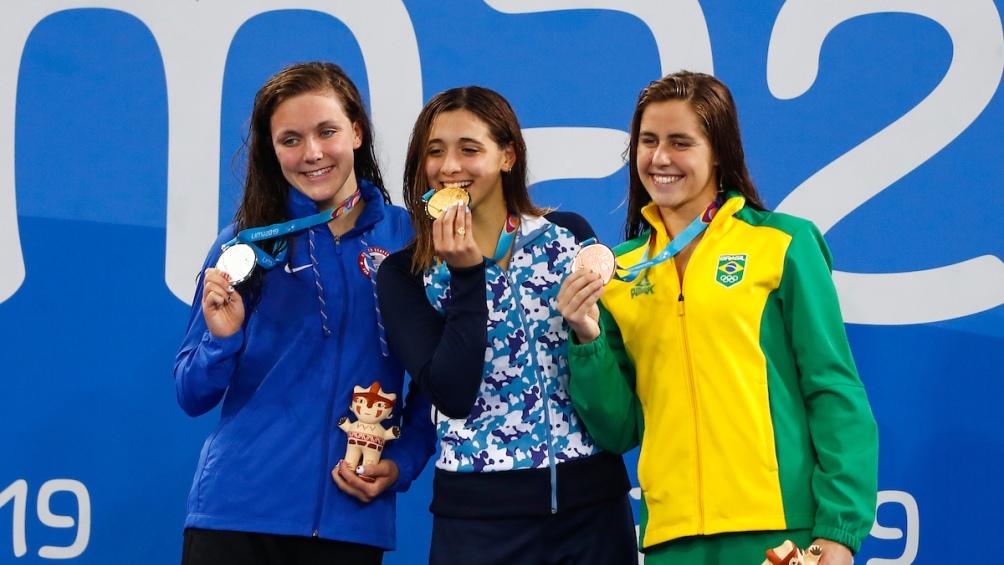 En el podio, Delfina con Mariah Denigan (EEUU, plata) y Viviane Eichelberger (Brasil, bronce),