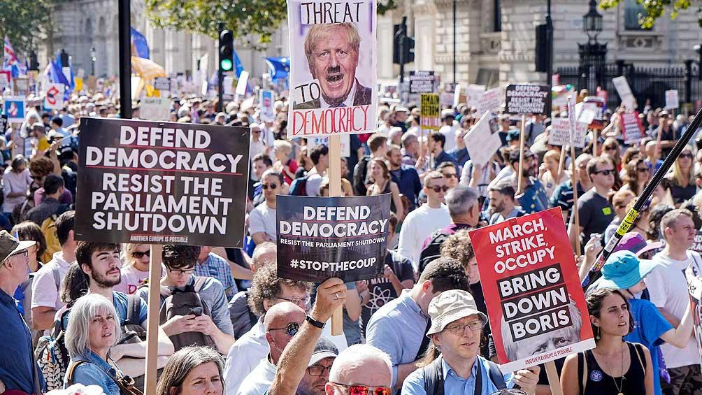 Miles de personas protestan contra la suspensión del Parlamento
