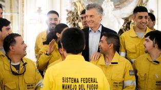 Macri recibió a los brigadistas preparados para combatir el fuego en la Amazonia