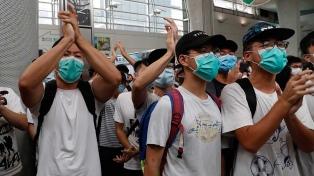 Manifestantes se enfrentaron a un grupo que cantaba el himno chino