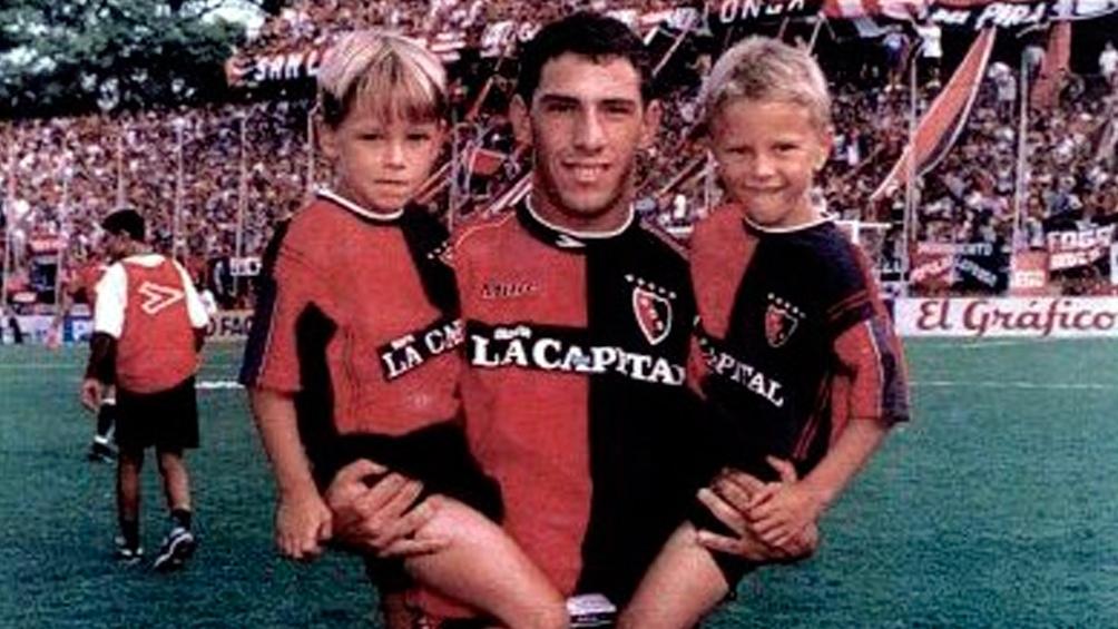 Año 2001: Maxi Rodríguez con Alexis y Denis en brazos.  (Fotos: @CANOBoficial)