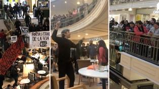 Militantes de la CTEP protestaron en los shoppings por la emergencia alimentaria
