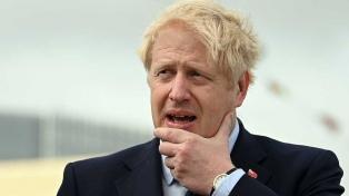 La oposición estudia presentar una moción de censura contra Johnson