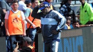 """Maradona lamentó los goles """"sucios"""" de Racing en su debut con derrota en Gimnasia"""