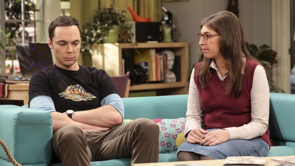 "Jim Parsons y Mayim Bialik, caracterizados como Sheldon Cooper y Amy Farrah Fowler en ""The BIg Bang Theory"""