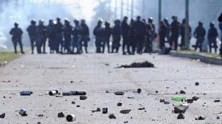"""Nuevos incidentes entre la Uocra del """"Pata"""" Medina y la policía en la destilería de YPF"""
