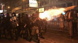 Manifestantes queman una bandera de China en un nuevo sábado de protestas