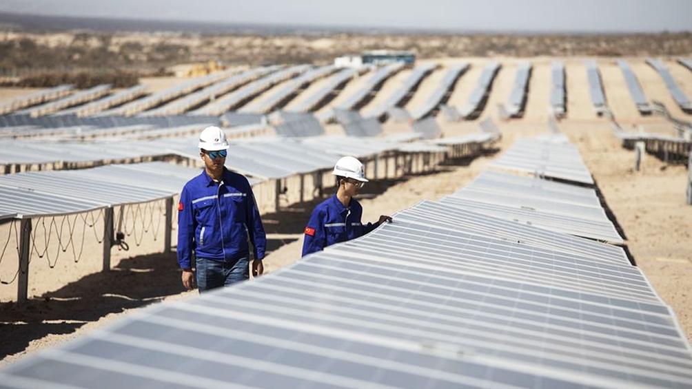 Avanza la construcción de una planta de energía solar con tecnología china