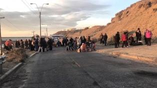 Los docentes mantienen el bloqueo a la playa de tanques de YPF en Comodoro Rivadavia