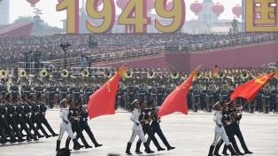 China exhibe su poderío militar, mientras las protestas en Hong Kong se tornan más violentas