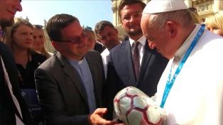 Francisco recibió una pelota hecha por internos de la cárcel de Trenque Lauquen